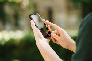 Med Students' Smartphones Loaded With Staph, Other Germs